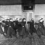 Studentesse che fanno ginnastica